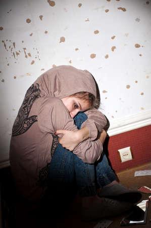 teenage problems: problemas de los adolescentes. chica solitaria, infeliz, triste sentada en el suelo en una habitaci�n oscura, sucio.