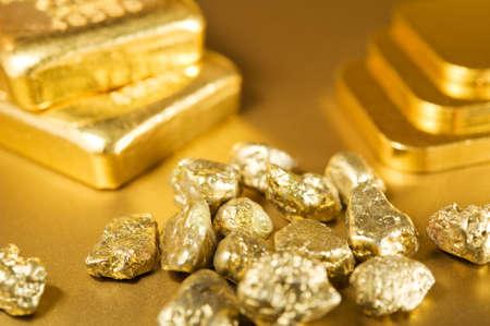 lingotes de oro: lingotes de oro finos y los nuggets.  Foto de archivo