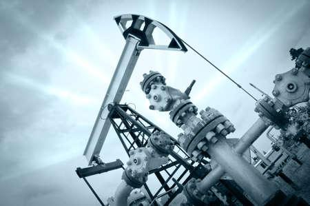 yacimiento petrolero: La extracción de aceite. Gato de bomba y el pozo de petróleo. Entonado. Editorial