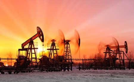 torre de perforacion petrolera: bombas de aceite en el fondo del cielo del atardecer
