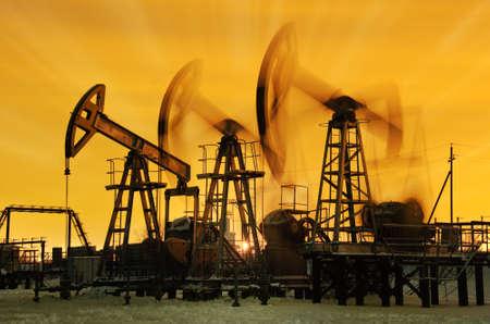torres petroleras: Bomba tomas en el cielo del atardecer de fondo.