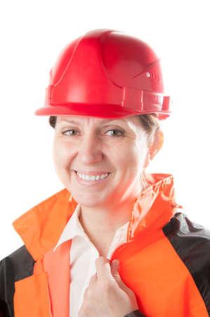 casco rojo: Mujer madura de raza blanca en un casco rojo y ropa de trabajo, aislado en un fondo blanco.