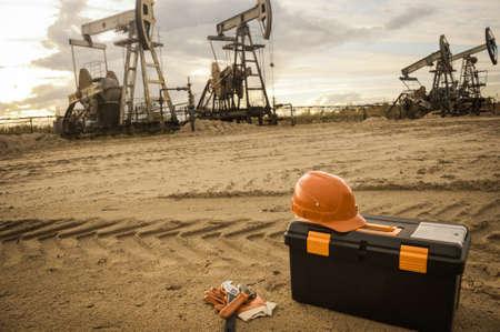 industriales: Equipo y caja de herramientas sobre un fondo complejo industrial. Petróleo y gas. Pequeña profundidad de campo. Virada.