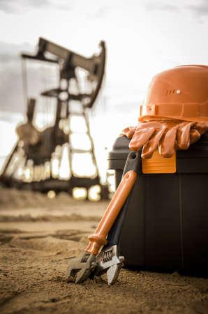 work tools: Equipo y caja de herramientas sobre un fondo complejo industrial. Petr�leo y gas. Peque�a profundidad de campo. Virada.