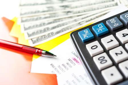 Biznesowe i finansowe tło z dolarami, danymi, długopisem i kalkulatorem. Tło księgowości.