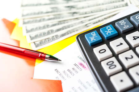 Sfondo aziendale e finanziario con dollari, dati, penna e calcolatrice. Sfondo di contabilità.