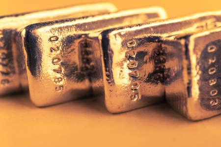 Preziosi lingotti d'oro lucidi. Sfondo per il concetto di finanza bancaria. Commercio metalli preziosi. Lingotti.