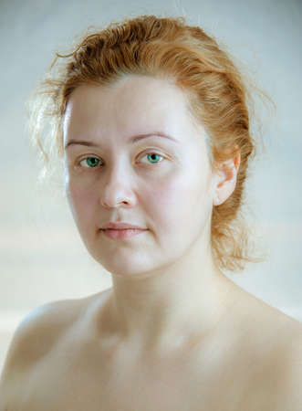 Closeup retrato de una atractiva mujer adulta joven con pelo rojo sin maquillaje. Tonificación de arte. Foto de archivo