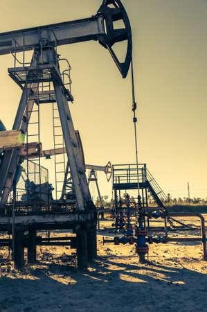 Pumpjack à huile, équipement industriel. Machines à bascule pour la production d'électricité. Extraction d'huile.