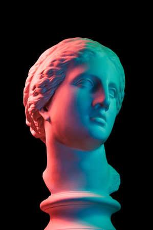 Copie de gypse de l'ancienne statue tête de Vénus isolée sur fond noir. Visage de femme sculpture en plâtre. Multicolore tonique. Banque d'images