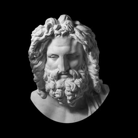 Copia in gesso della statua antica Testa di Zeus isolata su sfondo nero. Scultura in gesso viso uomo con barba.