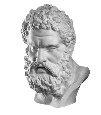 Copia in gesso della statua antica Testa di Eracle isolata su sfondo bianco. Volto di uomo scultura in gesso.