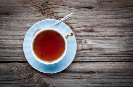 taza de te: Taza de t� en un fondo de madera vista superior
