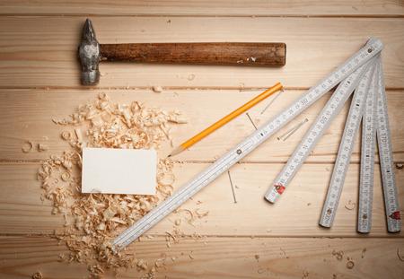 joinery: Attrezzi per falegnameria sul tavolo di legno sfondo con il biglietto da visita e lo spazio della copia
