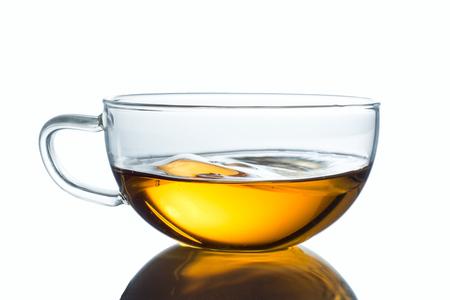 cup of tea: Vetro tazza di t� nero. Isolato su sfondo bianco