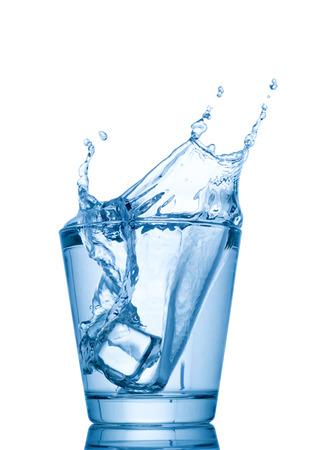 tomando agua: salpicaduras de agua en vasos aislados en el fondo blanco Foto de archivo