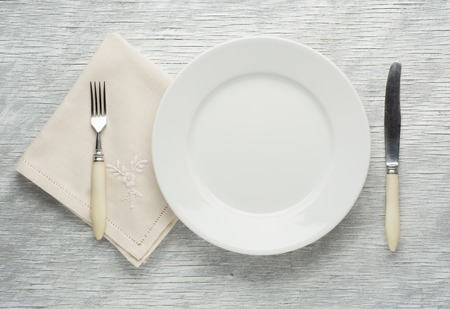plaat mes en vork op houten tafel. Stockfoto