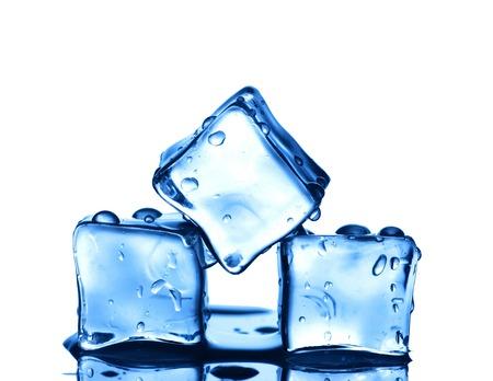 cubos de hielo: Tres cubos de hielo aislados sobre fondo blanco.