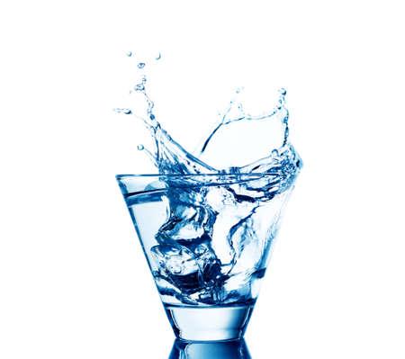 vasos de agua: salpicaduras de agua en los vidrios aislados en blanco. Foto de archivo