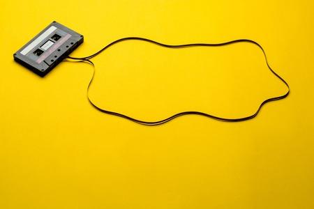 Cassette rétro sur fond jaune. vue de dessus. copie espace