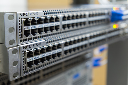 cable red: Conmutador Ethernet sobre una rejilla Foto de archivo