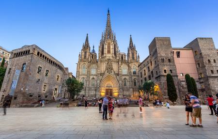 夕暮れのバルセロナ大聖堂、スペイン 報道画像