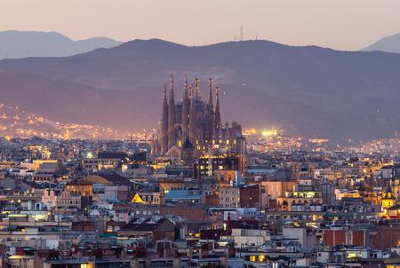 Vista panorámica de la ciudad de Barcelona y la sagrada familia al atardecer, España
