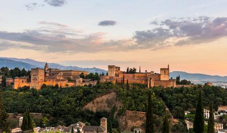 Alhambra van Granada tijdens zonsondergangtijd, Spanje Stockfoto