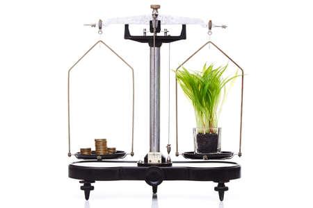 balanza de laboratorio: el concepto de medio ambiente, ecología, tecnología verde. contrapesos de equilibrado aislados en blanco, el dinero pesa lo mismo que la tierra