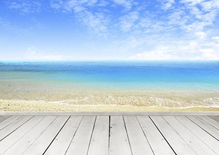 overlooking: Terraza de madera mirando por sobre un cielo de nubes tropicales y vistas al mar