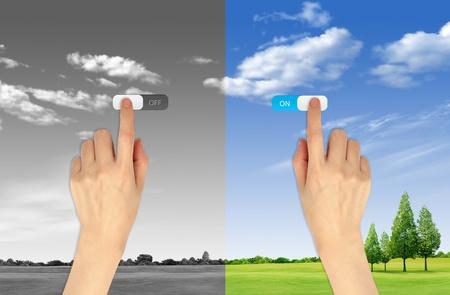 elektriciteit: Hand pers aan en uit knop op het landschap achtergrond voor groene eco begrip Stockfoto
