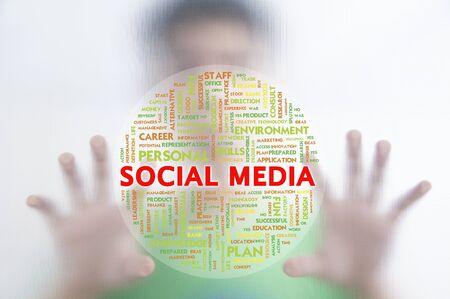 instances: L'uomo spingendo la nube parola attivit� su schermo trasparente, SOCIAL MEDIA