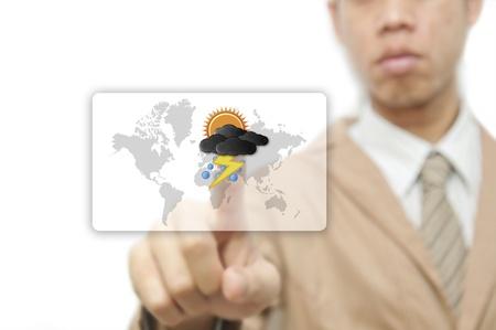uomo sotto la pioggia: Imprenditore dito che preme il pulsante meteo