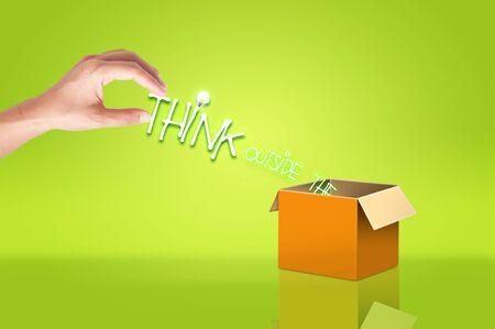인식: 손을 잡고 측면이 개념의 아이디어 상자 텍스트를 생각한다
