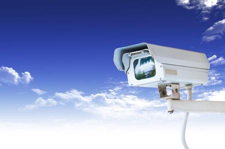 alarme securite: Cam�ra de s�curit� ou de t�l�vision en circuit ferm� sur le ciel bleu