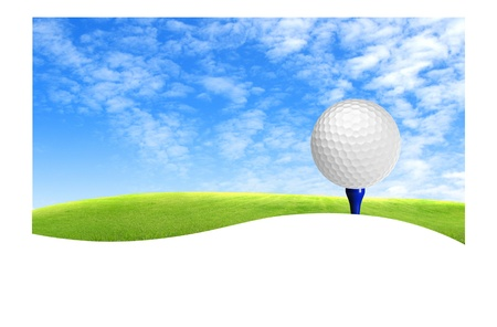 Golfbal op tee off met groen gras veld over de blauwe hemel achtergrond