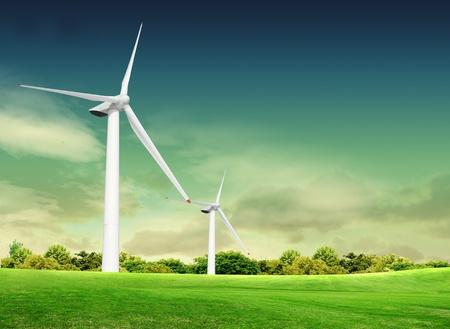 Turbin wiatrowych na zielonej trawie nad błękitne niebo zachmurzone