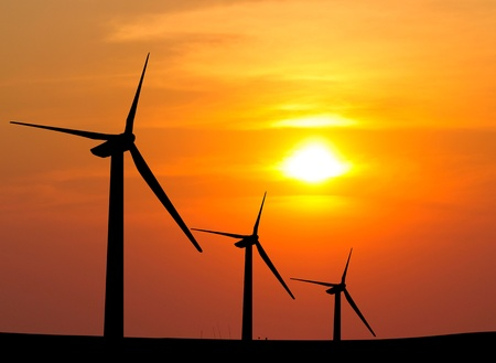 turbina: silueta de la electricidad de turbinas e�licas generadoras de la puesta del sol