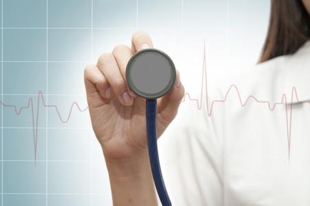 estetoscopio corazon: Estetoscopio en la mano joven doctora