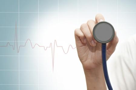 chăm sóc sức khỏe: Ống nghe trong tay nữ bác sĩ trẻ
