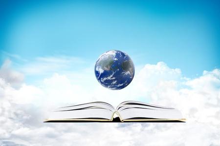 bible ouverte: Livre dans la pièce sombre avec la lumière et la terre - concept d'éducation