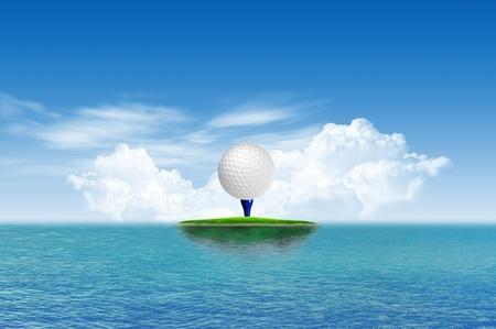 curso de capacitacion: Pelota de golf en la isla tropical verde Foto de archivo