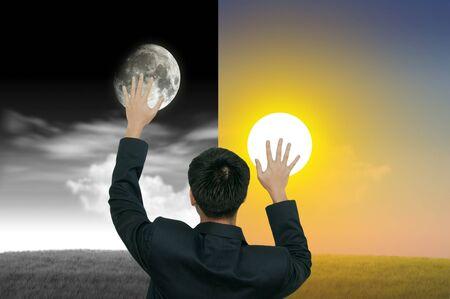 dia y noche: Un hombre de negocios con el día y la noche