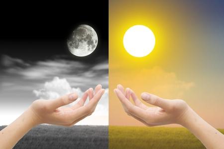 noche y luna: Mano con el d�a y la noche concepto