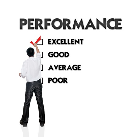 revisando documentos: Empleado formulario de evaluación con el hombre de negocios seleccionando la opción