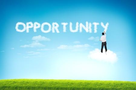 Uomo d'affari disegno opportunità di testo nuvola