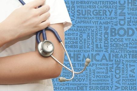 lekarz: Stethosocope uchwyt lekarz na obÅ'oku sÅ'owo, pojÄ™cie medyczne Zdjęcie Seryjne