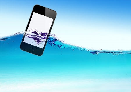 Handy schwimmt auf dem Wasser Wellen
