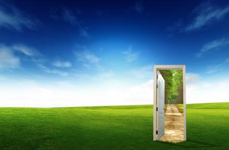 Porta aperta al nuovo mondo, per concetto e idea ambientali Archivio Fotografico - 15295495