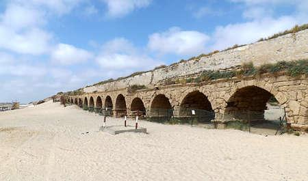 Old roman aqueduct in Israel. Banque d'images